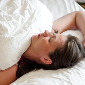 մենստրուացիայի ժամանակ պետք է մեջքին հենված քնել